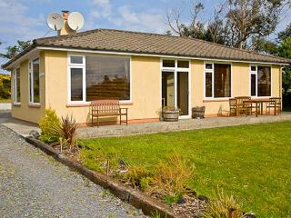 TEACH NA GREINE, single-storey, fabulous sea and mountain views, open fire, in Ballinskelligs, Ref 16001