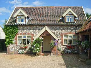 SLEEPEEZY, enclosed garden, en-suite bedroom, village pub close by in Little Snoring, Ref 15264