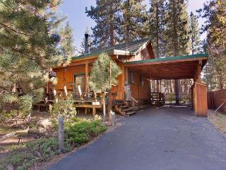 Darling updated cabin with a hot tub in the heart of everything!, South Lake Tahoe
