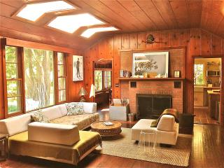Chic Retreat in Bearsville 2 m to Woodstock, Saline Pool, Fireplace and Hot tub.