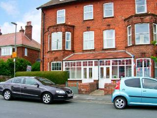 SOUTHDENE, duplex apartment, two bathrooms, beach a few mins walk in Filey, Ref 15034
