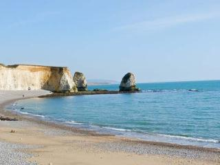 THE MALTINGS, charming accommodation near sea, garden, ideal touring base for island, in Freshwater Bay Ref 14477