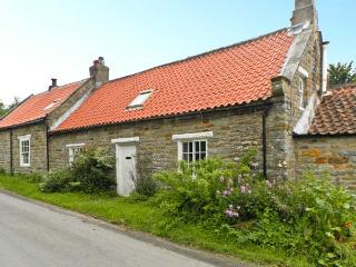 MAW'S COTTAGE, pet friendly, character holiday cottage, with open fire in Harwoo