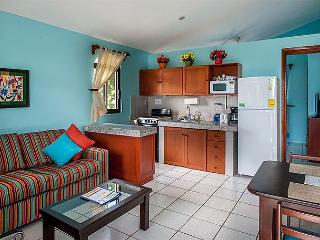 VERY DESIRABLE APT/HOME, PRIVATE TROPICAL BACK YARD, POOL, BIKES, QUITE., Puerto Morelos