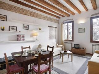 A comfortable and bright apartment that overlooks a beautiful private garden, Venecia