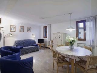 A quiet and sunny apartment with a beautiful view of Campo Santo Stefano, Venecia