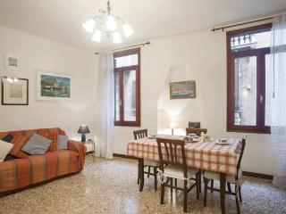 A comfortable and bright apartment with a view of San Polo's canal near the Frari church, Venice
