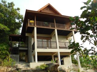 Baan Siam: 2 bedroom home with ocean views. Sleeps 4 - Central Location