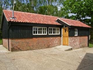 THE BULLPEN, pet friendly, country holiday cottage, with a garden in Eye, Ref