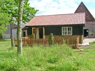 THE BULLPEN, pet friendly, country holiday cottage, with a garden in Eye, Ref 11