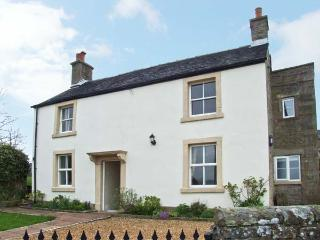 HEATHYLEE, character accommodation, garden, off road parking, in Longnor, Ref 78