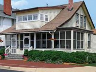 CUTTY SARK HISTORIC BEACH COTTAGE  TRIPLEX 3 APT, Virginia Beach