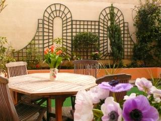 A charming apartment with a garden in the heart of the Grenelle shopping district near the Eiffel Tower, París
