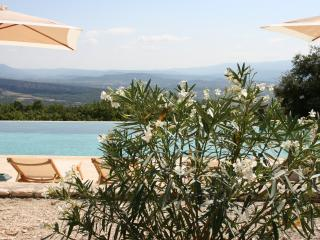 Amazing Provence villa with infinity pool and magnificent view of the Luberon valley, Gordes