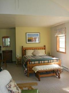 Queen bed & alcove (L.)