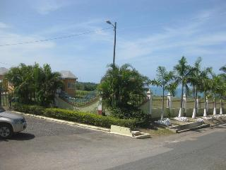 2 Bedroom Villa Across from Beach in Bluefields.