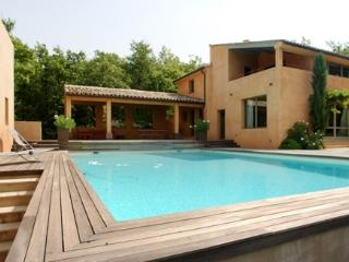Maison Roussillon, Villa Rental with a Fireplace, Balcony, and Grill