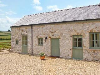 BULLROOM, one of group of three, romantic retreat in Rhes-y-Cae Ref 11692