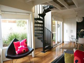 The Loft - delightful 2 bedroom house on city edge, Melbourne