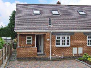 COMMONSIDE, comfy home close to centre of Stourport, riverside walks, enclosed