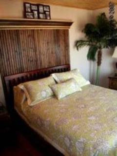 Beachfront bedrooom - queen bed - color TV