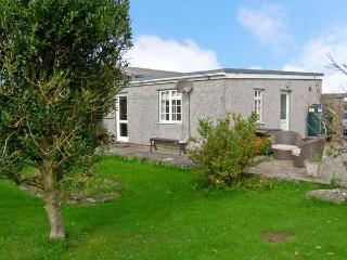 CEFN FARM COTTAGE, detached cottage, all ground floor, hot tub, in Caergeiliog, Ref 11306, Valley