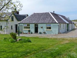DARACH, single storey cottage, garden and hill views, ideal romantic retreat, in