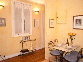 Rue Saint Martin. Ideal 2 bed in the Marais just by the Seine and metro line 1
