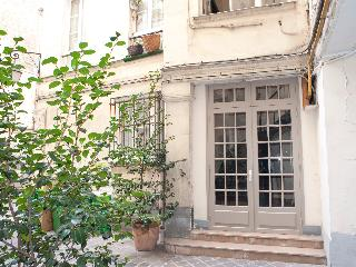 Rue de Turenne. Amazing 2 bedroom in the Marais by the Place des Vosges