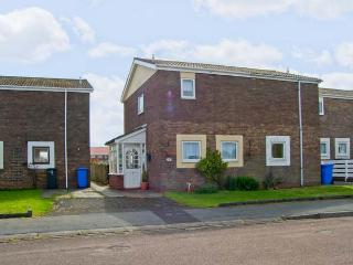 CHEVIOT VIEW, two bedrooms, conservatory, enclosed garden, walking distance to beach, in Beadnell, Ref 17389