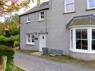 LABURNHAM COTTAGE, waterside location, ideal family base in Cresswell Quay, Ref