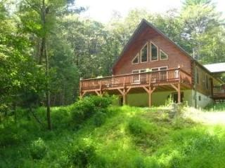 Chalet with Pond, Fireplace, Hot Tub, and Free WiF, Dingmans Ferry