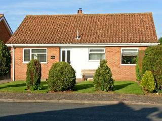 AN TIGIN, spacious stylish single storey accommodation, enclosed garden, woodburner in Snettisham Ref 17531