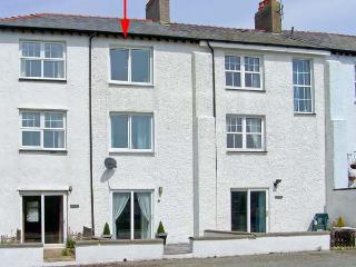 THE SPINNAKER, coastal, sea views, beach 5 mins walk, stylish accommodation in T