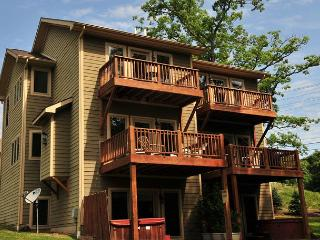 Beautiful 4 Bedroom Townhome w/ hot tub just minutes from area activities!