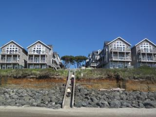 Oceanfront Large Family Home for 15, 2-Hot Tubs, 3 Masters!, Lincoln Beach