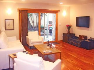 Luxury 1 Bedroom Unit, Walk to Beach. Sleeps 4.