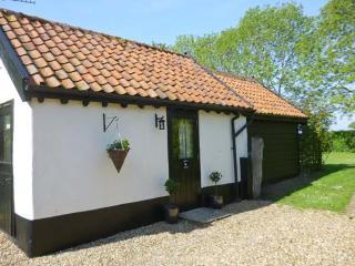 GARDEN COTTAGE, single storey cottage, ideal romantic retreat, in Pulham Market, Ref 17088, Norfolk