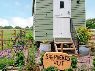 SHEPHERD'S HUT, romantic, unique holiday cottage, with a garden in Leighton