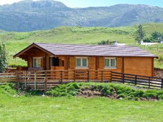CRAIGARD, stunning log cabin in beautiful rural setting, close to beach, Achnaha in Kilchoan Ref 18138