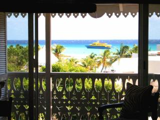 Chic Ocean view penthouse - 1 Block from beach, Playa del Carmen