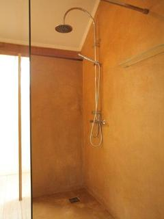 bathroom: large walk-in shower (160x90 cm)