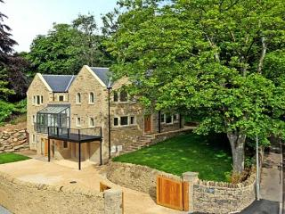 CLOUDS HILL, near Huddersfield, picturesque walks, off road parking and swimming pool, Ref 17756