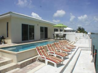 3 BDRM - POOL - WALK TO BEACH - SUNSET PARK - 46' DOCK WiFi - JAN 7-28 $1,895 WK, Key Colony Beach