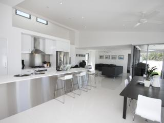 SANDS beach house - wifi, linen, weekly cleaning, Coolum Beach