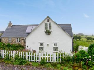 SALEM, detached, pretty gardens, four poster, roll top bath, close coast and Moelfre Ref 17436