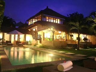 Heart of Seminyak, 5 Bedrooms, 2 Pools! Awesome!, Kuta