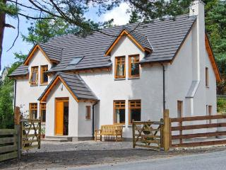 THISTLE DHU, detached cottage, four bedrooms, two bathrooms, enclosed garden, in Newtonmore, Ref 5914
