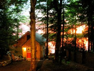 SUNSET- SERENE & ROMANTIC YR LAKE FRONT RETREAT, Stratford