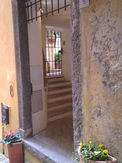 The entrance from the stairway Salita Plinio